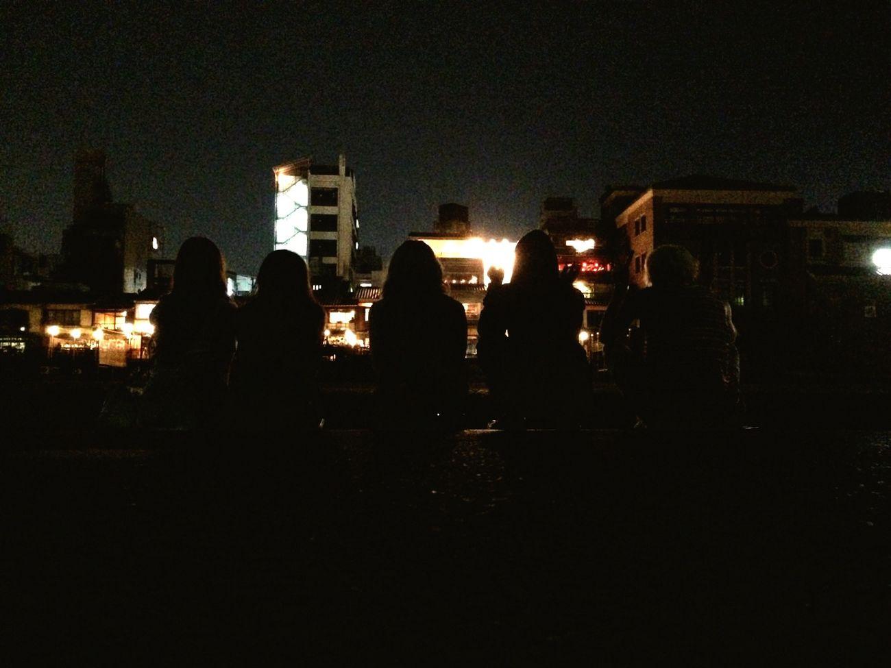 Barefoot 五人の人影と 夜の風景