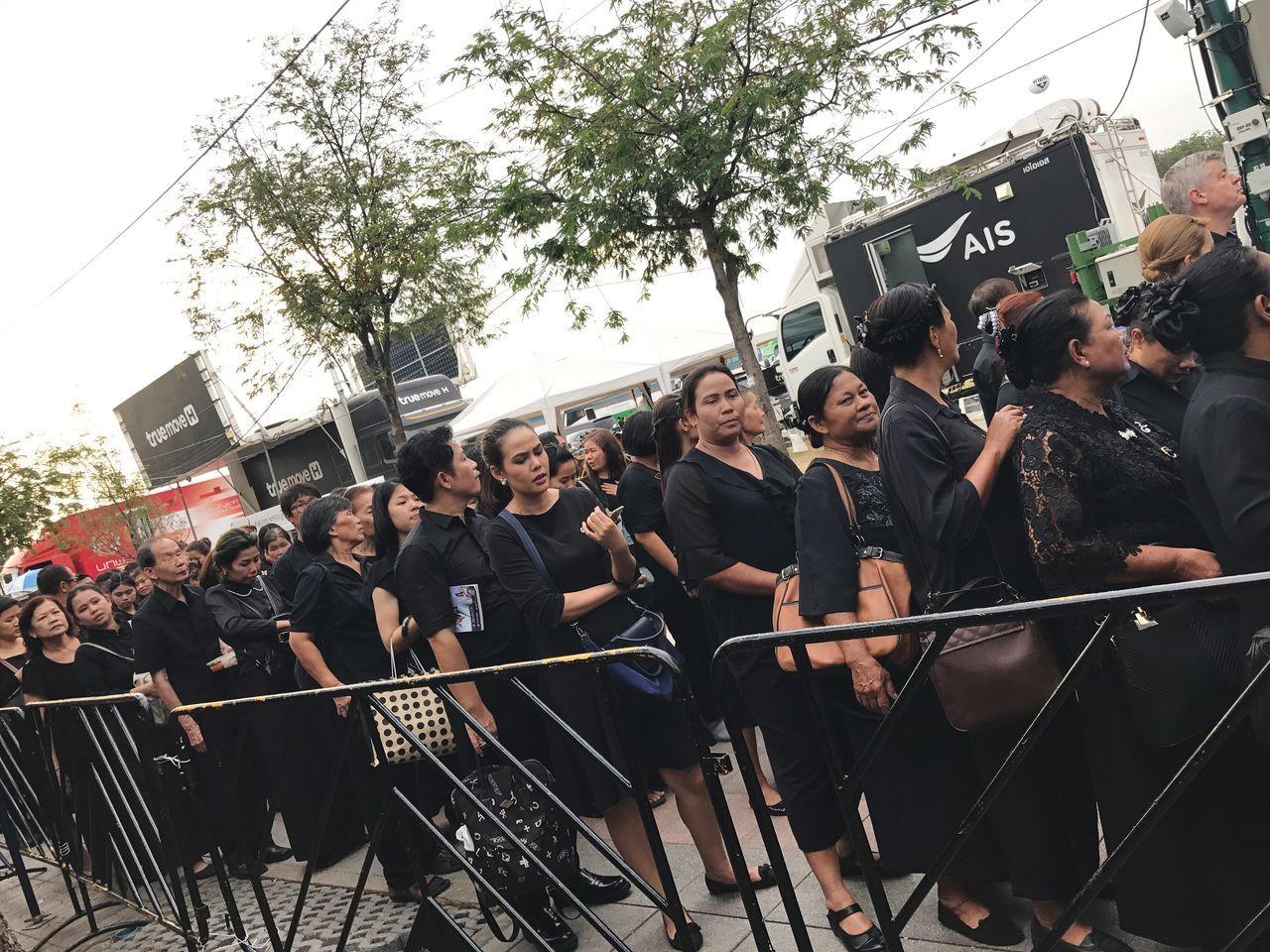 รอคอย Waiting Respect King Of Thailand Large Group Of People Young Women Arts Culture And Entertainment Young Adult EyeEm Thailand Capture The Moment Thailand Friendship King Adults Only People Men Adult Real People Outdoors Crowd Day