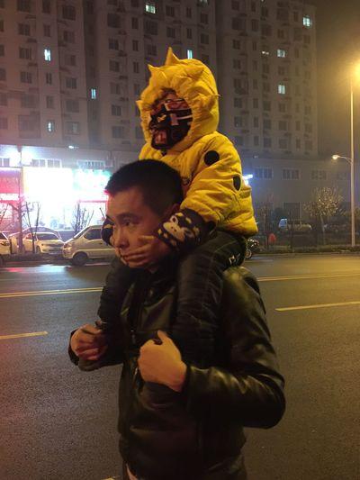 外面这么冷!可爱的父子俩!