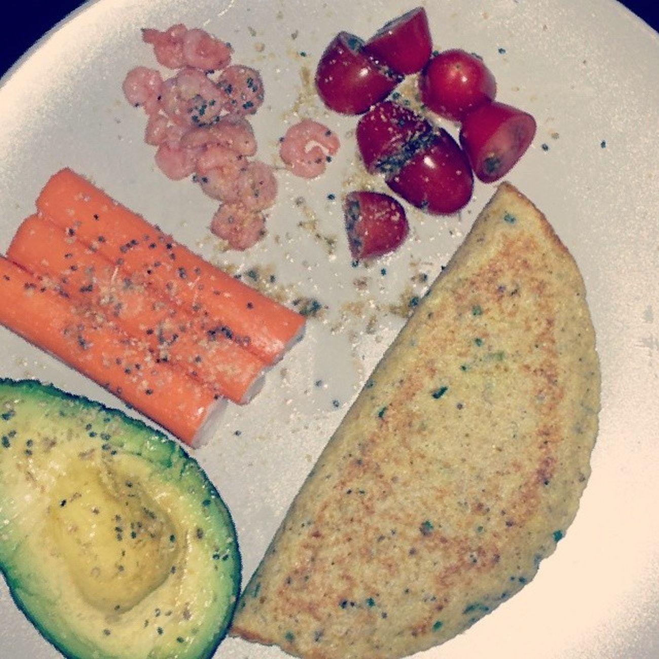 Lunch rapide du lundi avant les révisions de l'après-midi. La moitié d'un Avocado , trois bâtonnets de Surimi , quelque Crevettes , quelques Cherrytomatoes et une galette au sondavoine