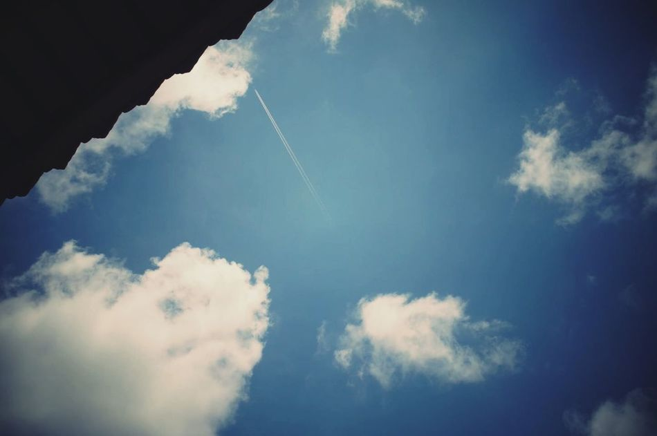 Sky Blue Fine Care Clear Clouds 有時候講出來和心理想的好像真的不一樣沒有想過我竟然可以這樣的講出來告訴自己不要再想不要在意真的就能不在意嗎 怎麼可能 逃避
