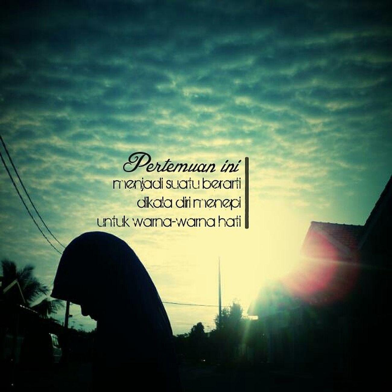 Cinta dihati yang terlahir adlh utk dizahirkan atas dasar Islam & Dakwah . Pertemuan ini menjadi suatu berarti Dikala diri menepi untuk warna-warna hati Ruang-ruang jiwa hanya untuk maha kuasa syair-syair cinta tercipta karna dia Kupu-kupu cinta terbanglah tinggi menuju jalannya Hinggaplah engkau dibunga yang indah Terbang bersama hembus angin cinta Ya illahi Robbi Tiada lain hanyalah namamu Satukan Cinta ini dalam bingkai Untaian ridhomu Pertemuan ini menjadi suatu berarti Dikala diri menepi untuk warna-warna hati Kupu-kupu Cinta | Sigma IlmuBersama Cinta Sahabat Nasyid dakwah