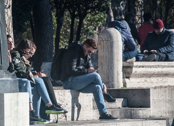 Gente Solitudini, Cellulari Esterno Outdoors People Sitting Young Adult Young Men