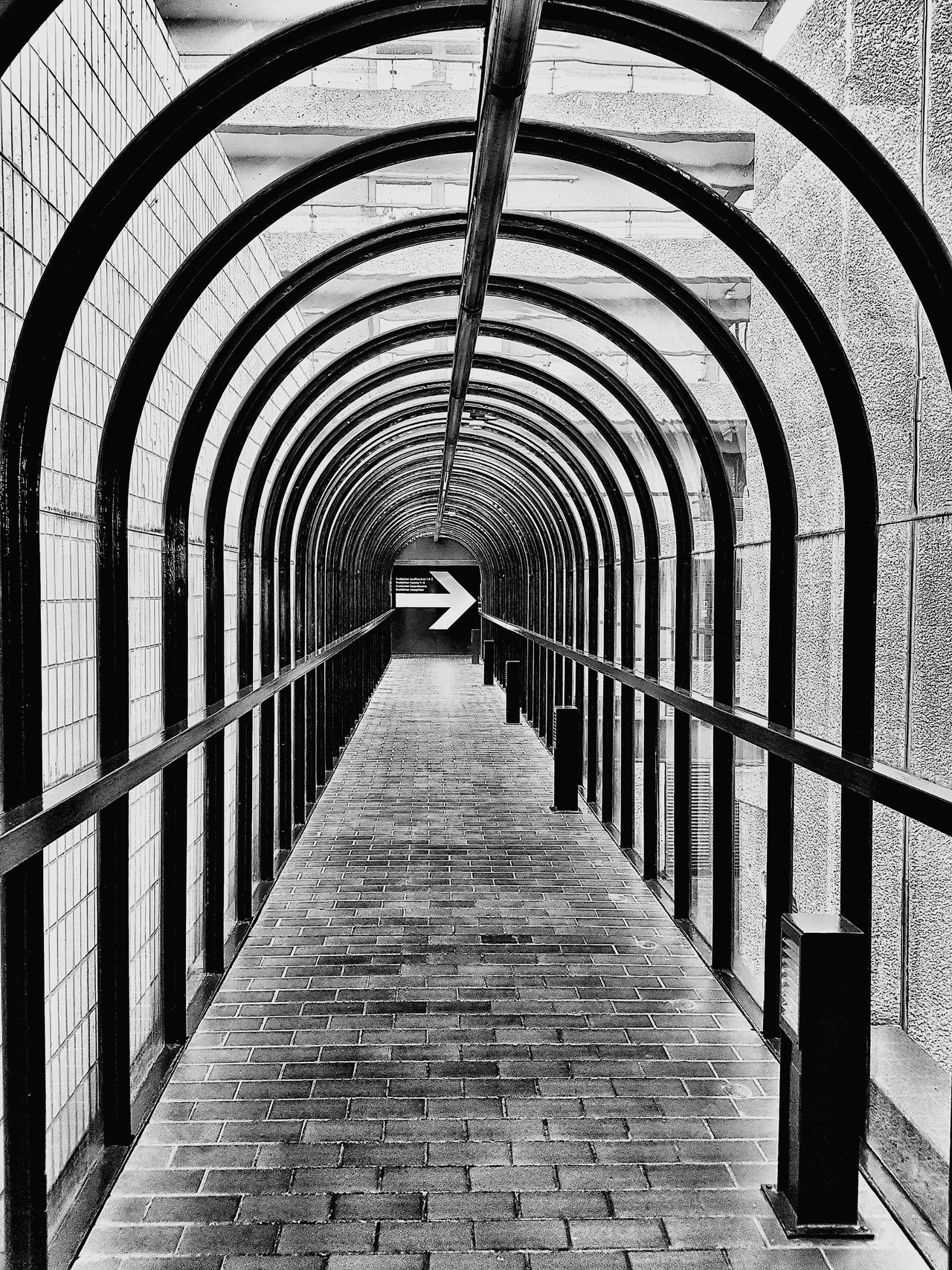 To The Right Arch The Way Forward Indoors  No People Right Arrow Sign Arrow Going Right Tunnel Arches Perspective Black And White Monochrome Keep Right The Secret Spaces ミーノー!! The Architect - 2017 EyeEm Awards