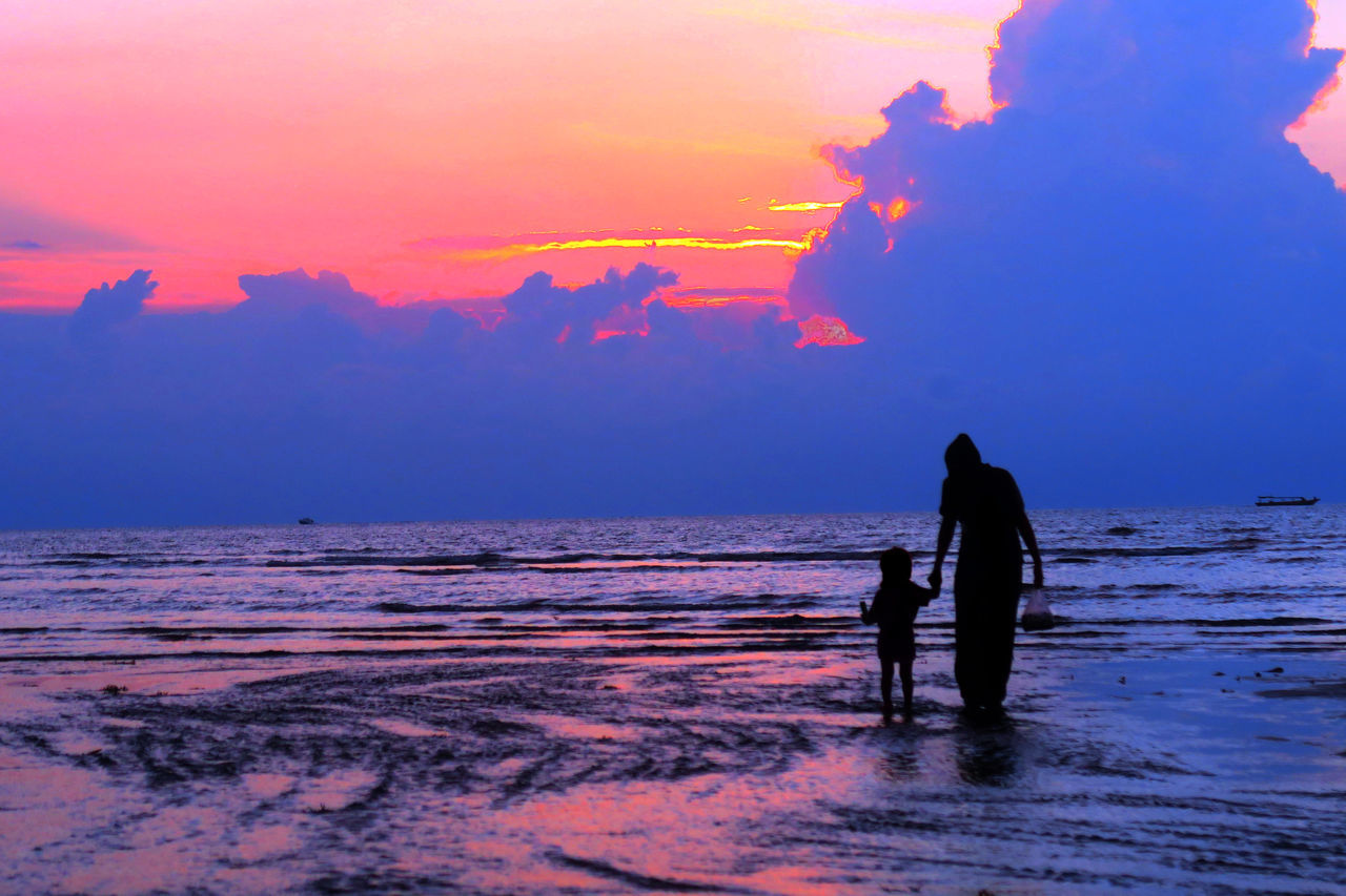 sunset, real people, sea, silhouette, sky, men, beauty in nature, nature, water, scenics, two people, lifestyles, beach, leisure activity, outdoors, togetherness, standing, full length, women, horizon over water, day, people