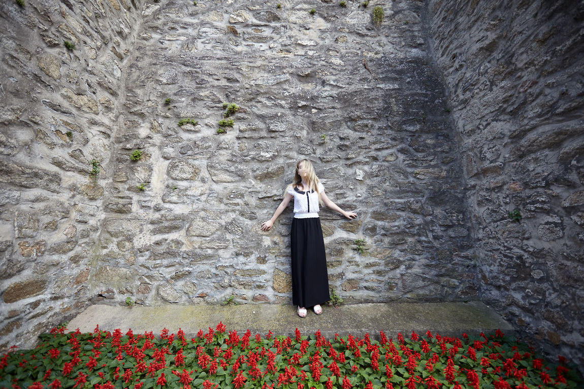 Captured by walls and flowers, no way to escape American Beauty Blonde Girl Blonde Hair Canon Day Dont Talk Flower Lifestyles Liveauthentic Mediaval Mediaval Wall Nature Flowers Outdoors Photogenia Plant Portrait Of A Woman Red Flowers Rest Rest In Peace Resting Symetrical Symetry Wlastalaura Young Lady Znojmo