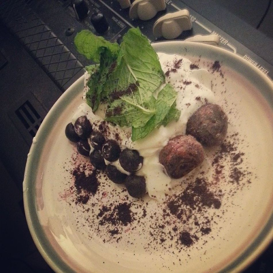 Presentation version. Blueberries Greekyogurt Snack Mint Cherries Açai Powder