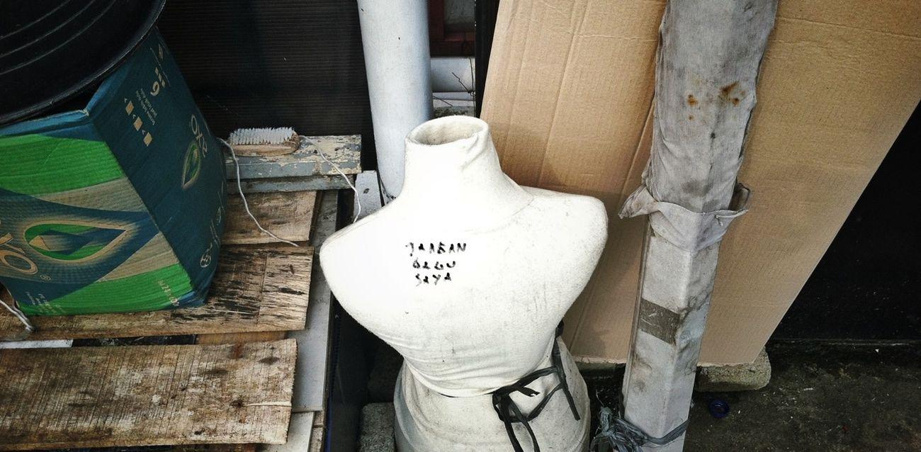 Salah satu perabot penghuni nomaden jembatan di daerah mangga dua jakarta. Tampak sebuah kalimat JANGAN GANGGU SAYA di bagian punggung manequin miliknya. Streetphotography Humaninterest