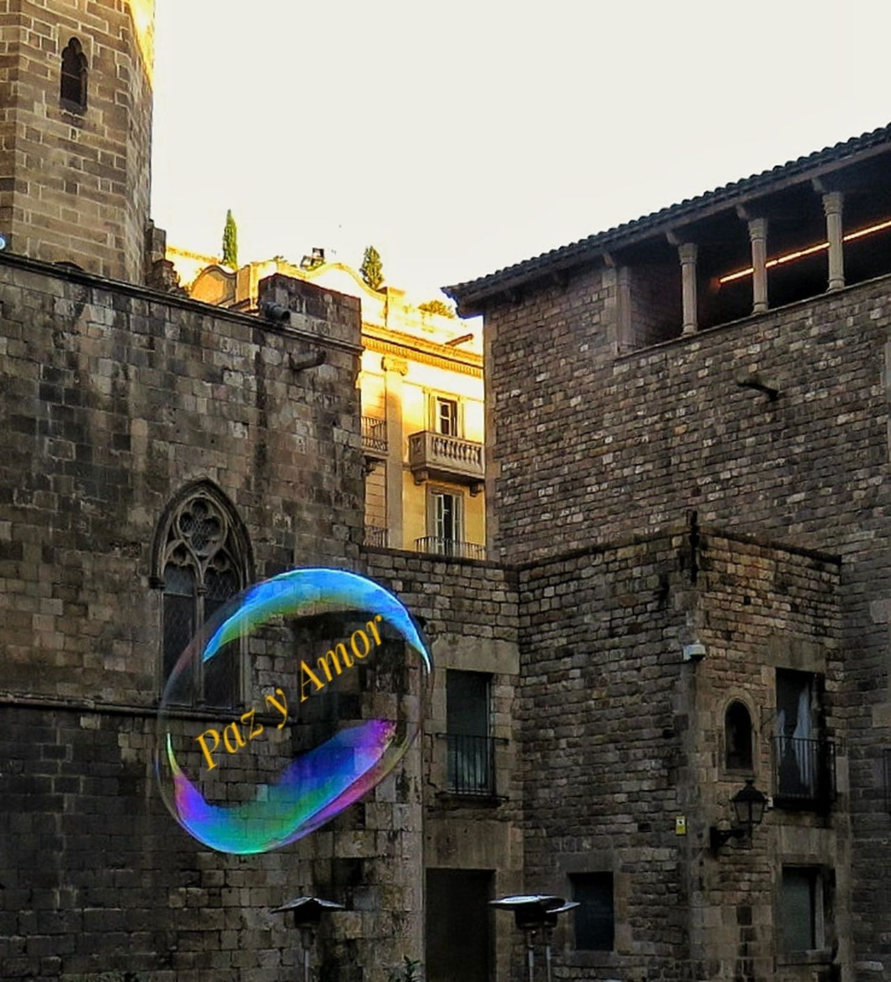 Mis deseos ...burbujas viajeras 🙏🙏🙏 Finding New Frontiers Architecture Building Exterior Built Structure Outdoors No People Capture The Moment Reflejos Reflexions Light Effect