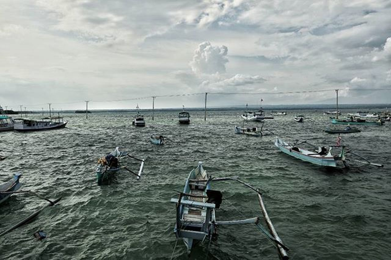 If you come to this island of Gili Merengke, you can see electric poles in the middle of the water! Tiang listrik di tengah laut ada di Gili Merengke! Lombok Island Merengke Explorelombok Jelajahntb Ikece Ngetrip Nusantarakita Pendakiindonesia Kerengan Mainsebentar Journesia Parapejalan Indonesiantraveller