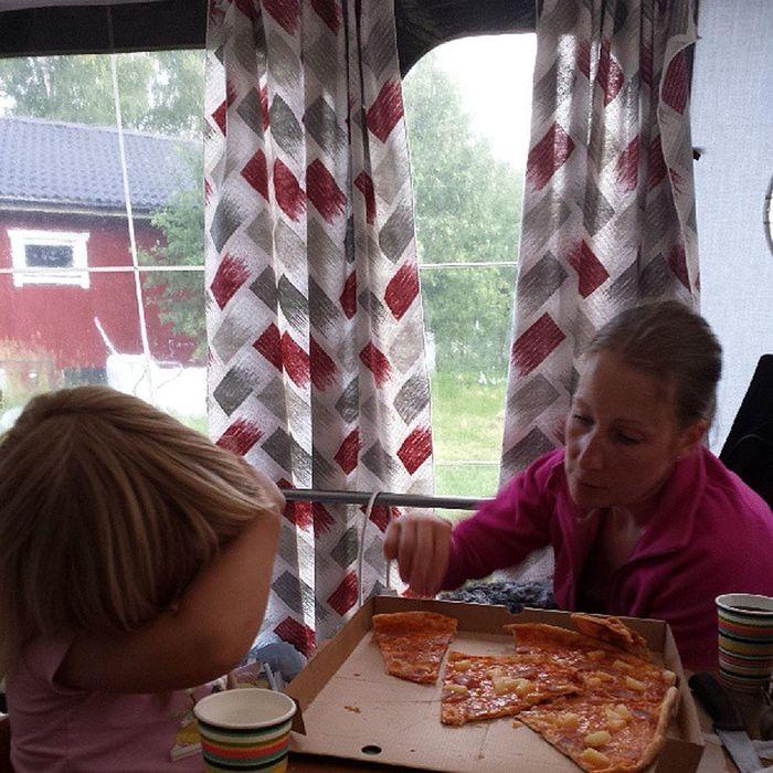 Förhoppningsvis sista pizzan i förtältet! Whitetrashbeautiful Trailertrash Whitetrash Scumbag
