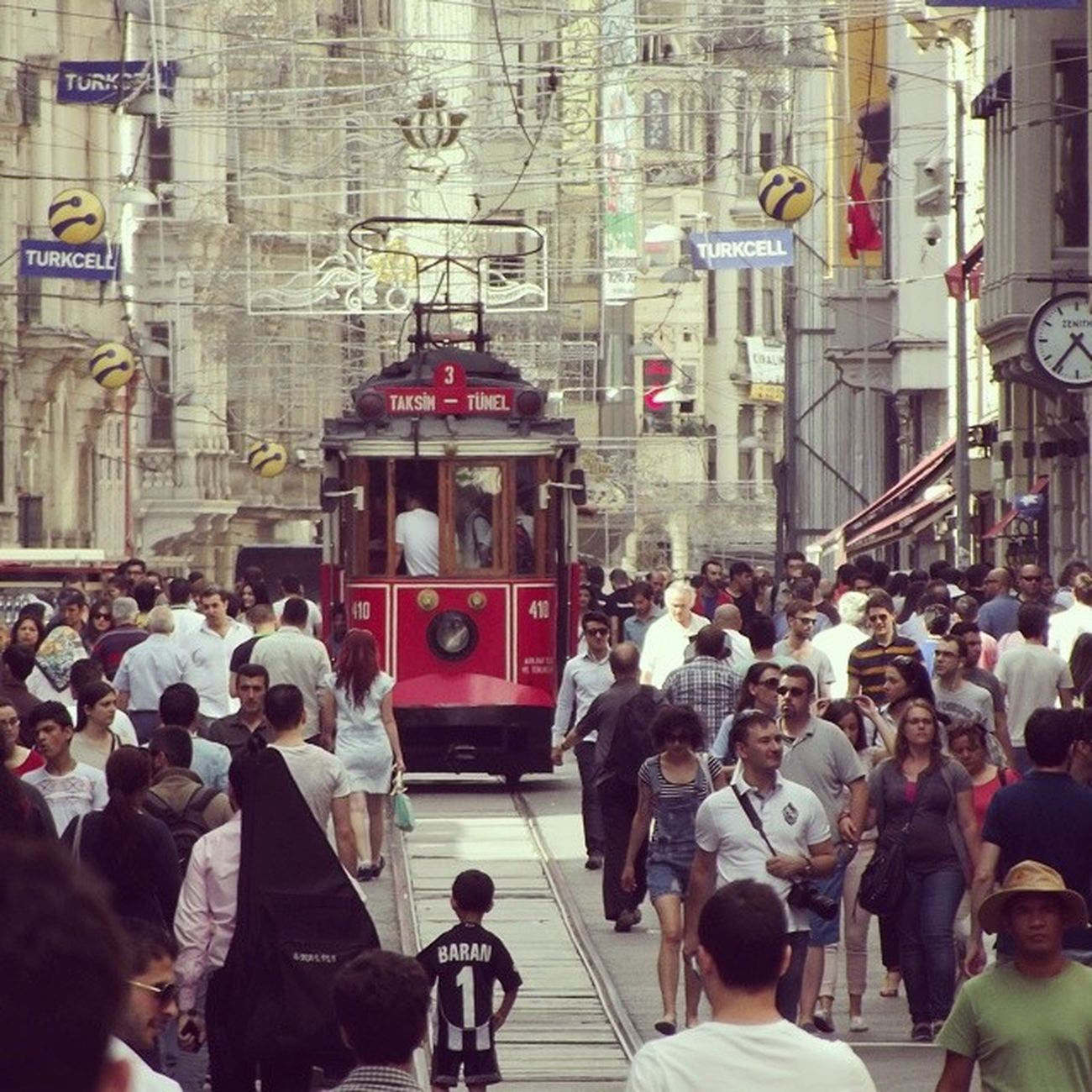 Tarihi Dokusuyla Kültürel çeşitliliğiyle beyoğlu istiklal caddesi Photo by @orhnycl