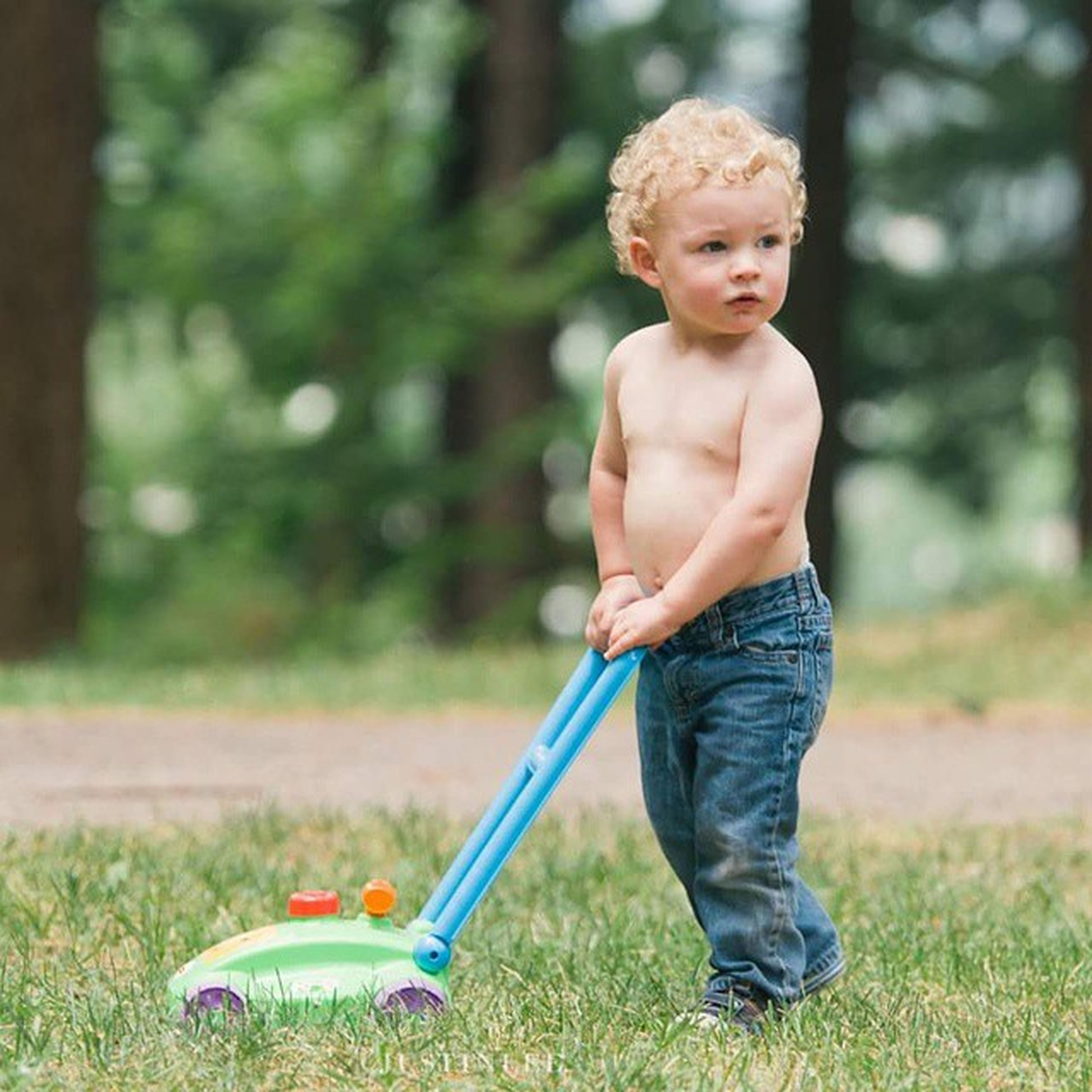 person, childhood, elementary age, casual clothing, full length, focus on foreground, cute, innocence, boys, front view, happiness, lifestyles, smiling, looking at camera, portrait, leisure activity, girls, grass