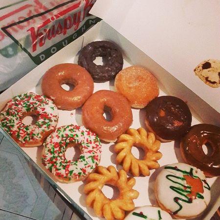 Les traigo amor Doughnuts Foodporn Tasty KrispyKreme gordo sonmias omnomn