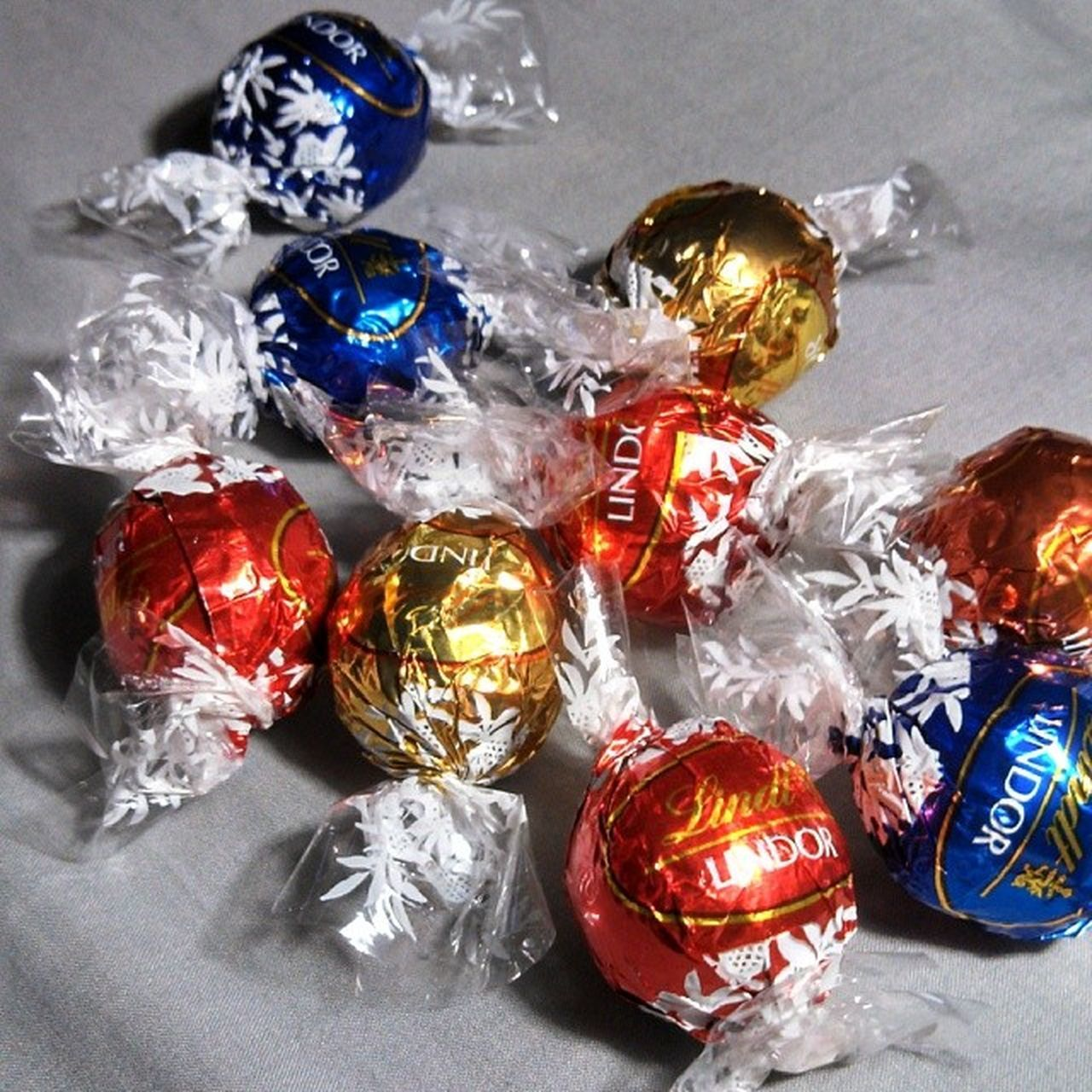 Yummy Chocolates Chocgoodness Myweakness Foodporn Delicious Nomnomnom Likeforlike Lindt Lindor Chrissypresent Red Blue Shiney Gold Igroftheday Instadaily Followforfollow Instapopular Instafamous Igfood