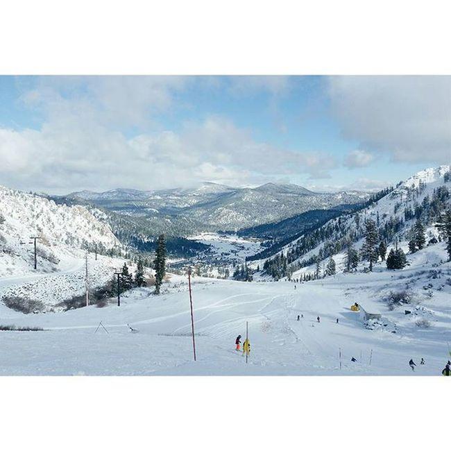 Way up. 😚 Startedfromthetop Mountainrun Squawvalley Olympicvalley Laketahoe Tahoecity Fridayvibes Optoutside Snowboardlife Ridesquawvalley Squawpeak Ladieswhoshred