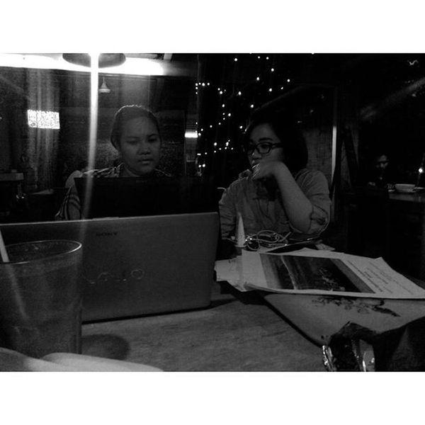 Ceritanya Rapat ... Lelah SORE Kopi Dokumen Theatre Teatersalihara Salihara Meeting Laughing Laugh Tired Coffeetime Afternoon Lzybstrd Lenovotography Photooftheday Photophone  Pocketphotography Blackandwhite