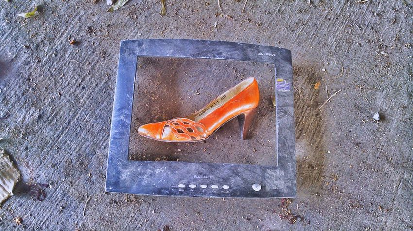 Comercial de zapatos Shoes Television Fashion High Angle View Analogue Technology Full Colors  Urbarart Urbanphotography City Street Like Nice Outdoors Urbanexploration Abandoned Picsofday Happy Time EyeEmNewHere