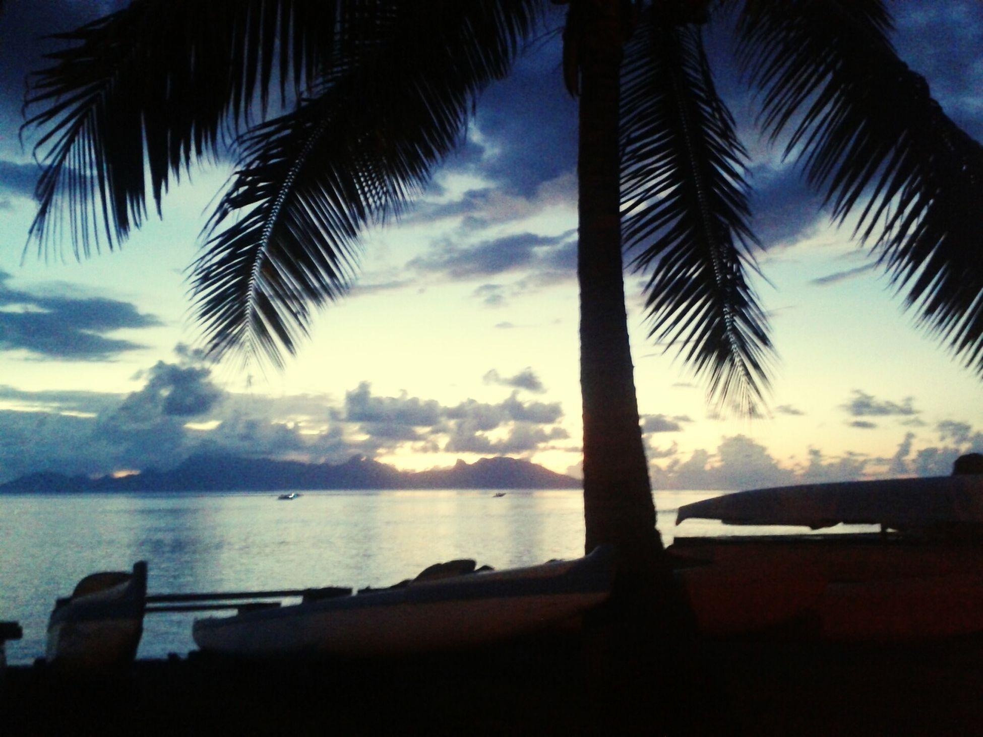 Un nouveau jour qui s'achève .. SunsetTaapuna life's better in Tahiti