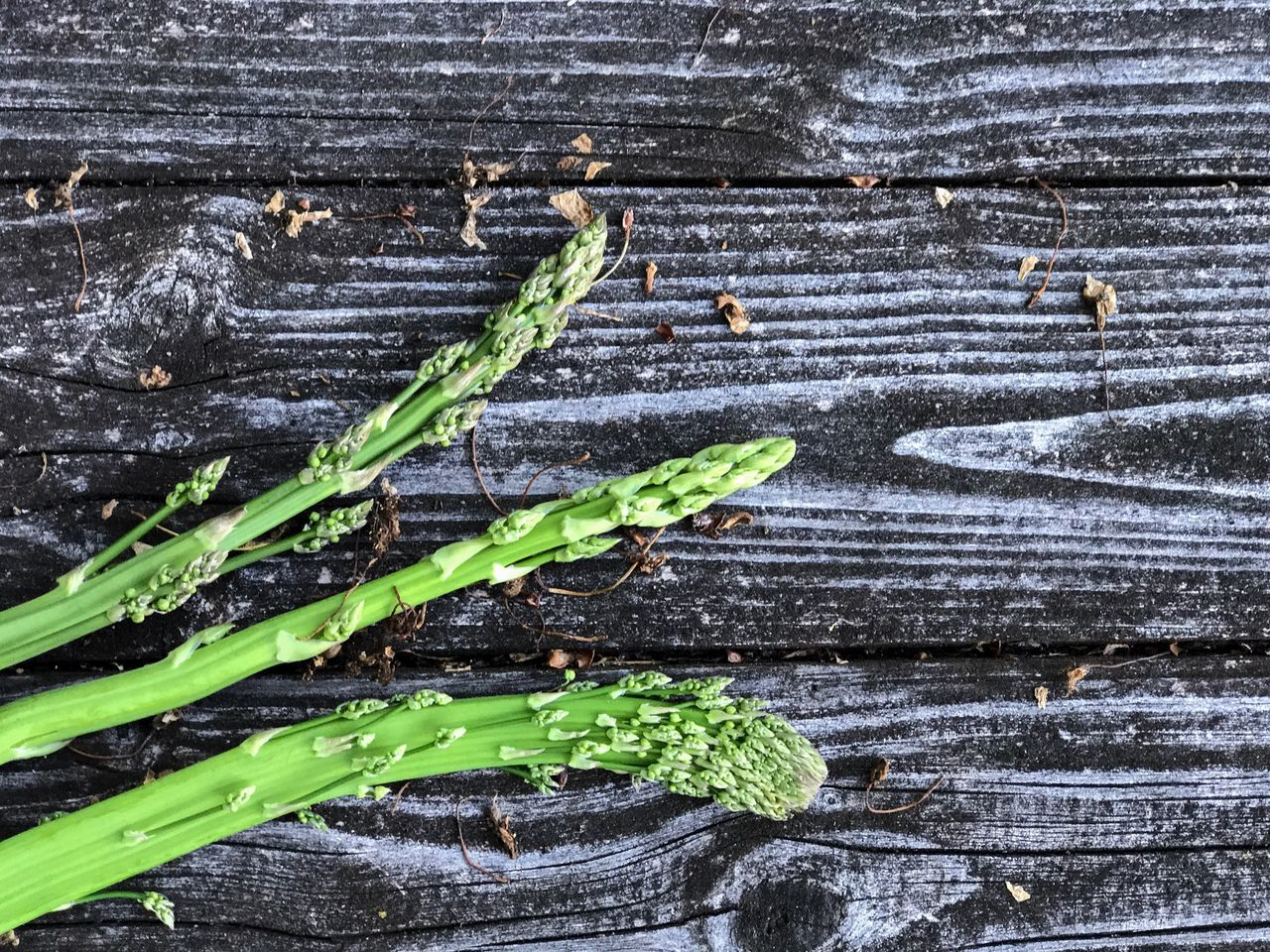 Asparagus Green Color Table Wood Woodtable Wild Plant Close-up No People Healthy Eating Rough Freshness Outdoors Bio Spargel