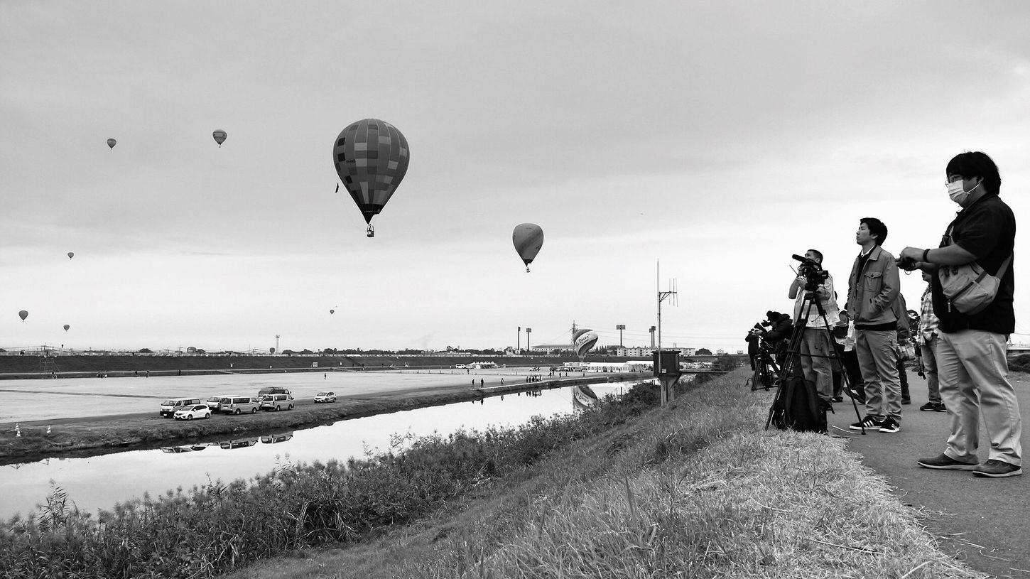 October2015 SAGA International Balloon Fiesta Riverscape AmatuerPhotographer Sitting Down Low Angle View Black & White Kasegawa Riverside Noir Et Blanc Saga,Japan Streetphoto_bw 35mm de Good morning Hot Air Balloons