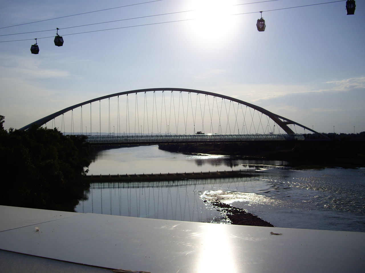 El río Ebro en 2008, el puente del Tercer Milenio las Góndolas del teleférico y el sol al atardecer. 2008 Architecture Bridge - Man Made Structure City Day Eddl Outdoors Reflection River Sky Sun Sunlight Water