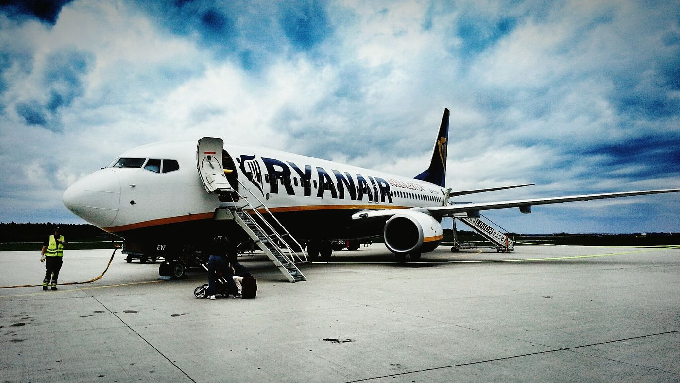 Arrival from Alicante. Ryanair Boeing 737 Traveling Catching A Flight
