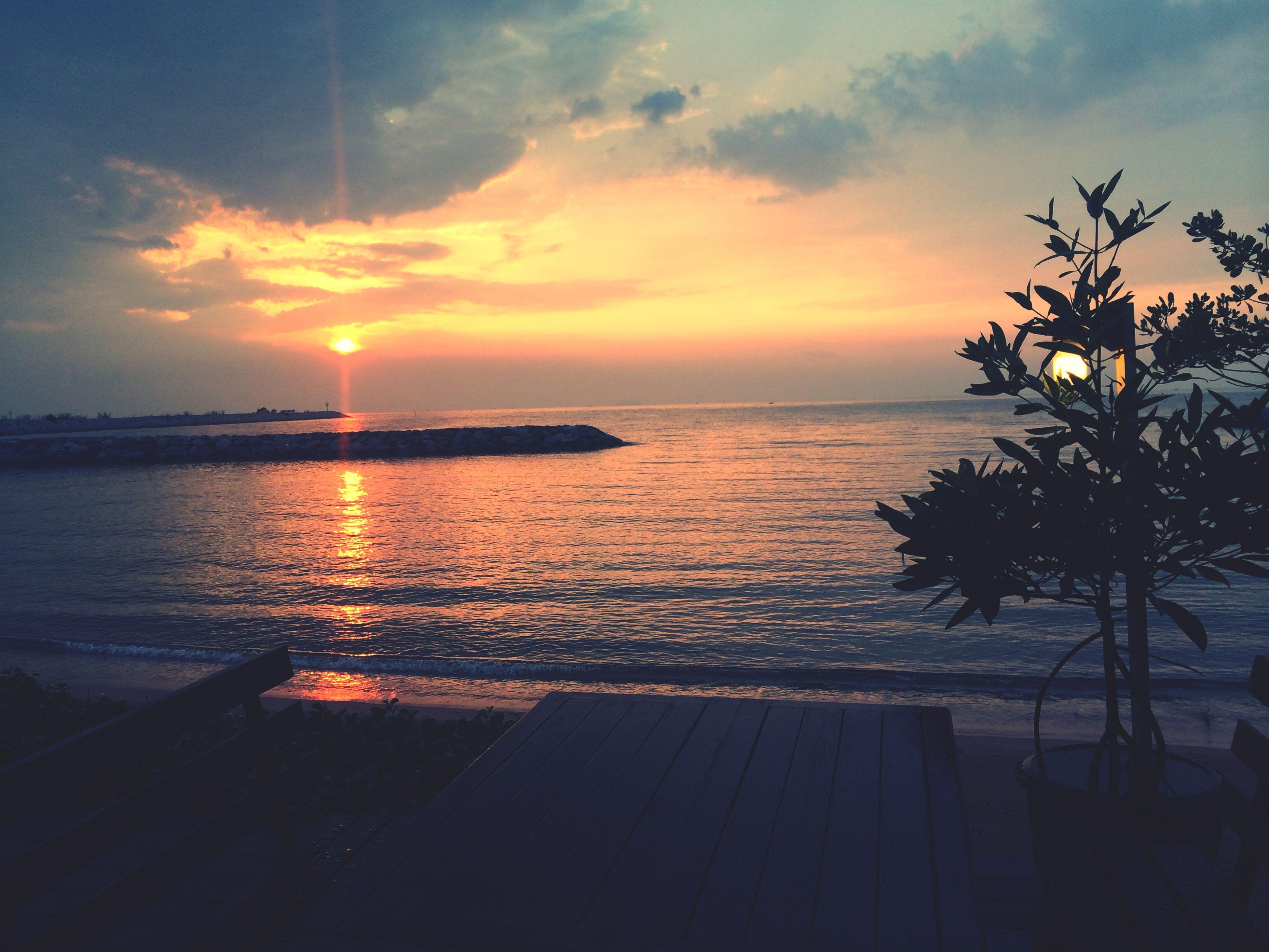 sea, sunset, horizon over water, water, scenics, tranquil scene, tranquility, sky, beauty in nature, sun, beach, silhouette, orange color, idyllic, nature, shore, reflection, cloud - sky, sunlight, ocean