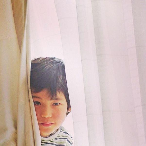 ここだよ。 I'm here. Child Curtain Window Hideandseek こども カーテン 窓 窓辺 かくれんぼ