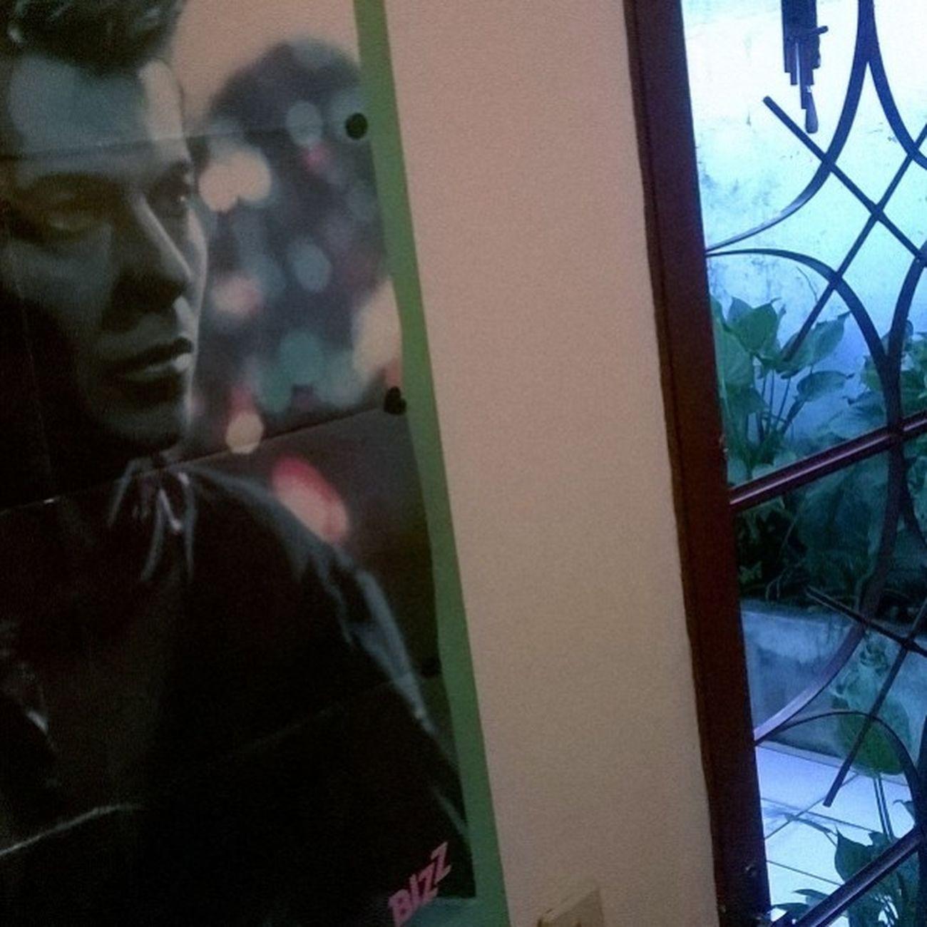 Da entrada de casa, São Bowinho toma conta. 👏🙌💟 Davidbowie Jazzinforbluejean