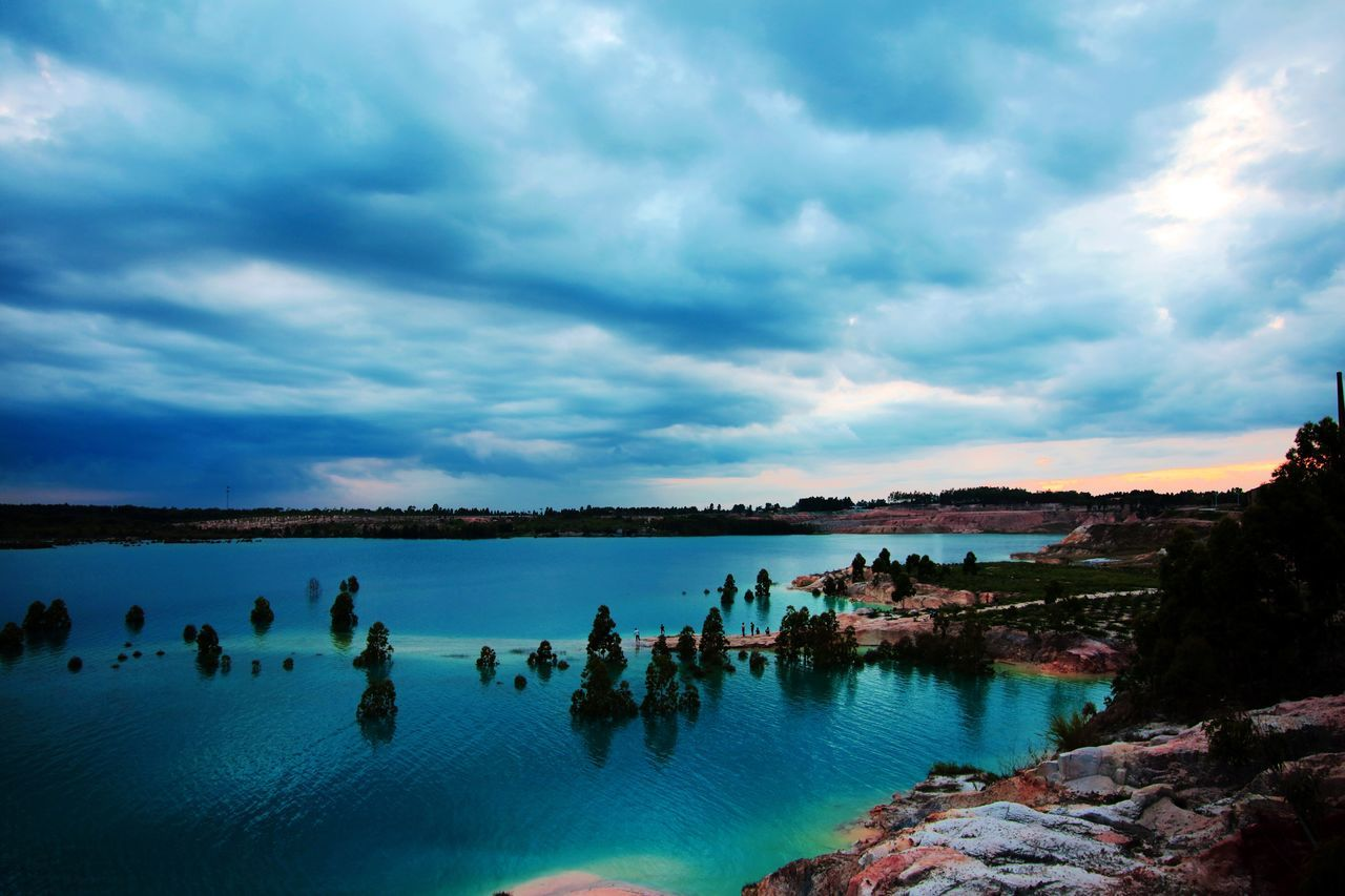 Water Sky Cloud - Sky Nature Scenics Beauty In Nature Tranquil Scene Tranquility Large Group Of People Lake Outdoors Large Group Of Animals Day Mountain Animal Themes People