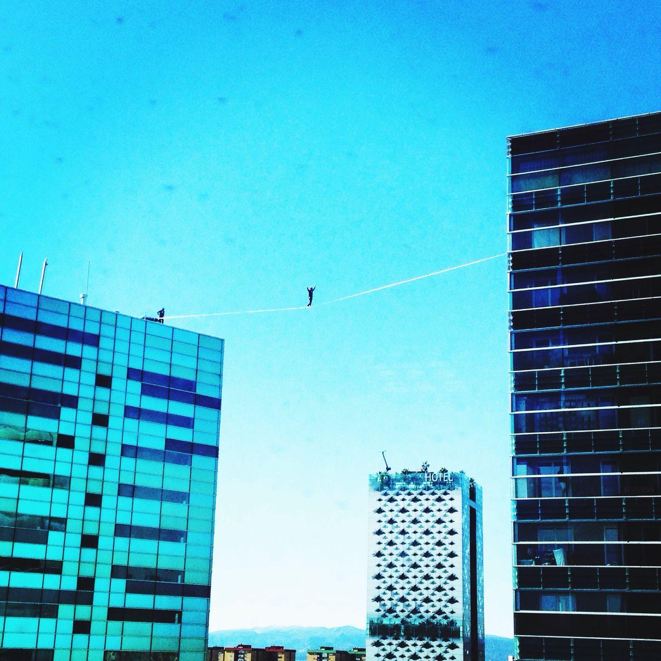 Espectacle des de la feina Enjoying The Sun Funambulist Equilibrio Extreme Altura Barcelona