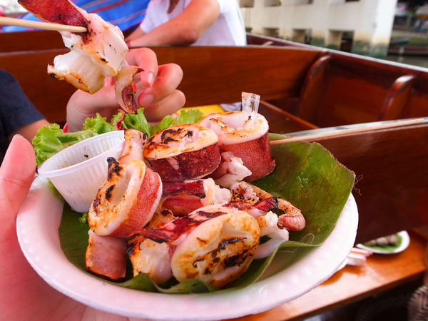 It's a novel experience to try seafoods on a boat in Amphawa Floating Market. Amphawa  Babeque Floating Market Food Freshness NeriticSquid Seafood Show Us Your Takeaway! Squid Take Away Thai Girl Thailand Street Food Worldwide