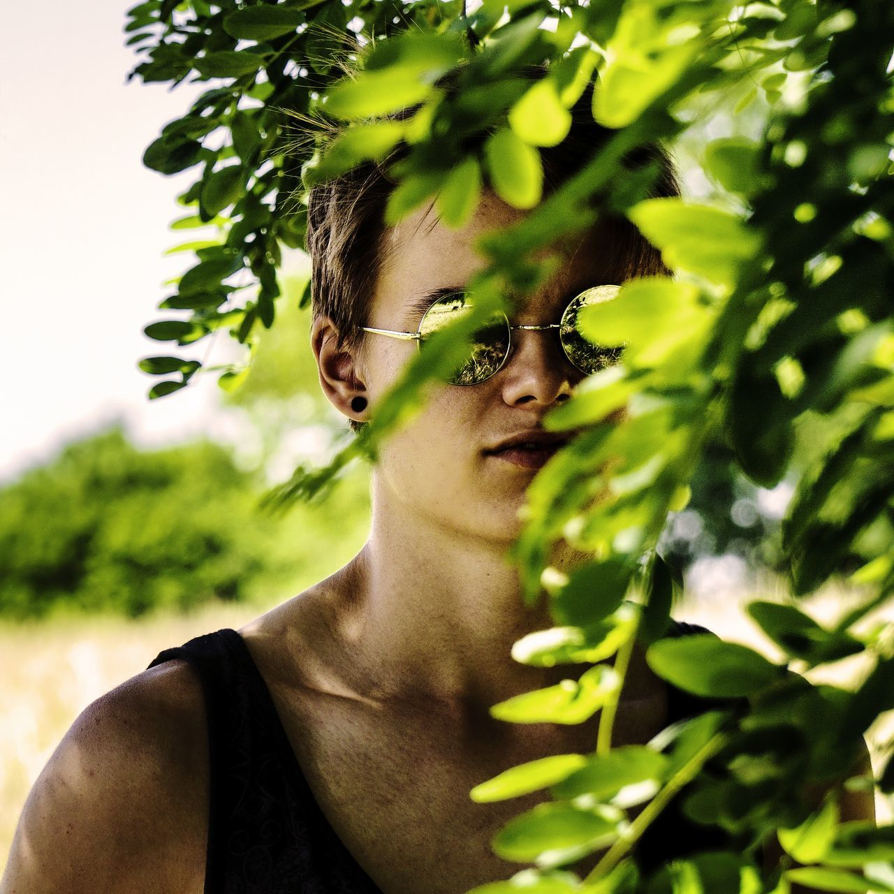 Beauté masquée. Green Color Headshot Young Adult One Person Adult Tree Human Body Part Close-up Portrait People Human Face Nature Real People Sunglasses Looking At Camera