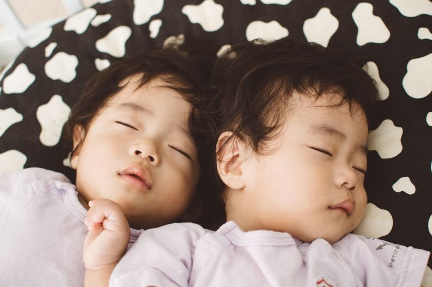Relaxing IDENTICAL TWINS Sleeping Baby Sleeping Tired Babies ♥♥♥ Twin Babies Cute♡ Babyphotography 双子 双子の赤ちゃん Baby Portrait Close Brothers Baby ❤ Baby Photography