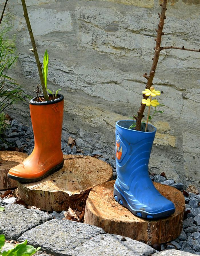 Two Is Better Than One Apairofshoes Garden Photography Outdoors Dekoration Shoes Of The Day Stiefel Colors Of Life Colors Rainboots Bootspotting Boots Blueorange Vase Blumenvase Streetphotography Plantpot Blumentopf Apair