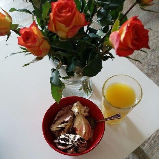 Wann weiß man, dass man den perfekten Mann geheiratet hat? Wenn er mit Blumen und jede Menge Eis und Keksen die arme Ehefrau gesund pflegt Ichliebedich Liebemeinneslebens Bestermannderwelt