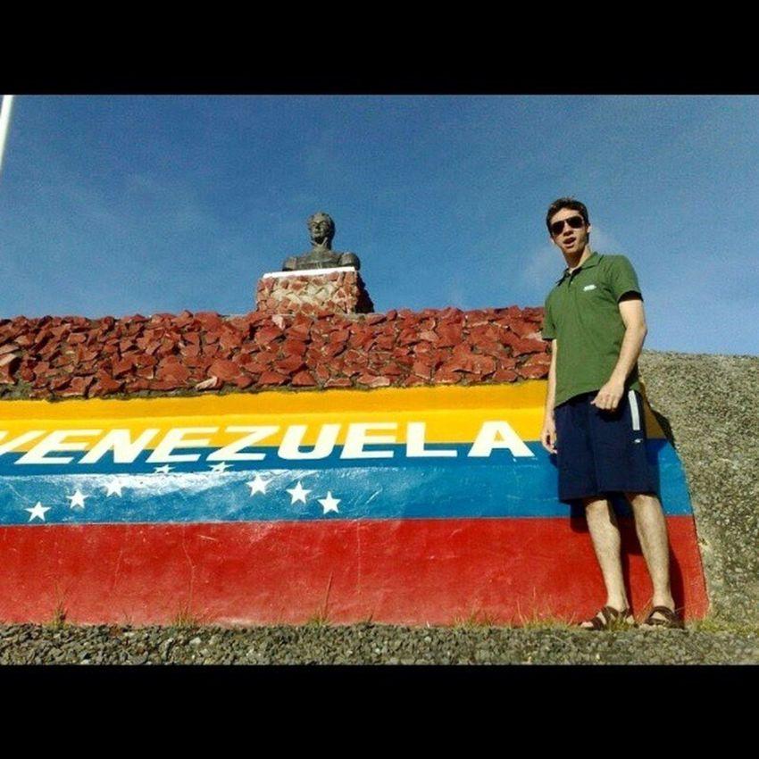"""do lado de lá, Sdd do pirulin Santa Elena de Uairén é a cidade venezuelana que faz fronteira com o Brasil. É a capital do município de Gran Sabana; estado Bolívar. O trecho urbano fica a 15km da fronteira com o município brasileiro de Pacaraima, no estado de Roraima (RR). Praticamente uma cidade brasileira. Invadimos pra comprar """"pirulin"""". rs Pirulin Frescolita Br174 Fronteiraterrestre SantaElenaDeUairén Gransabana Bolivar Venezuela Fronteira Brasil MonteRoraima Imperio AmericaDoSul Diamantes"""