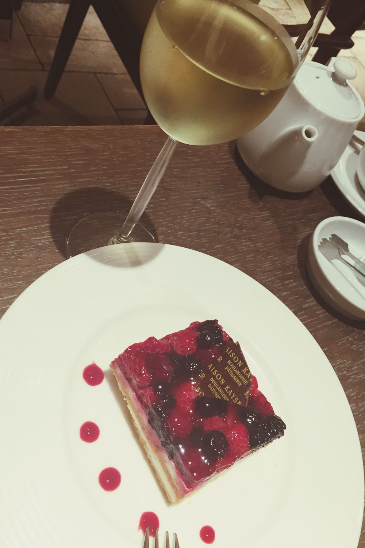 ベリーのチーズタルトと白ワイン🍷 Cheese Tarte Cake Japan Japanese  Tokyo Wine