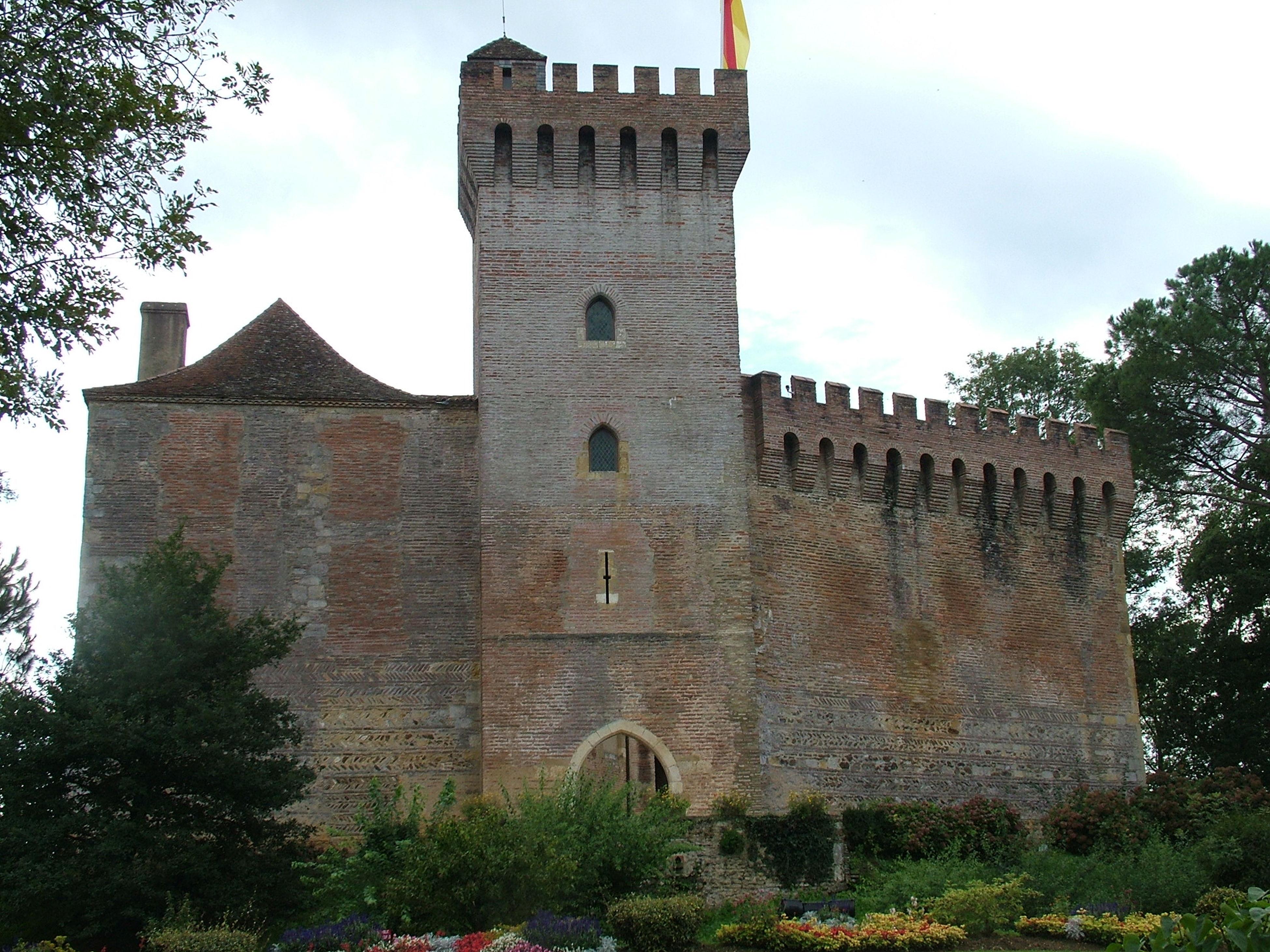 Le Château De Morlanne Dans Les Pyrénées Atlantique