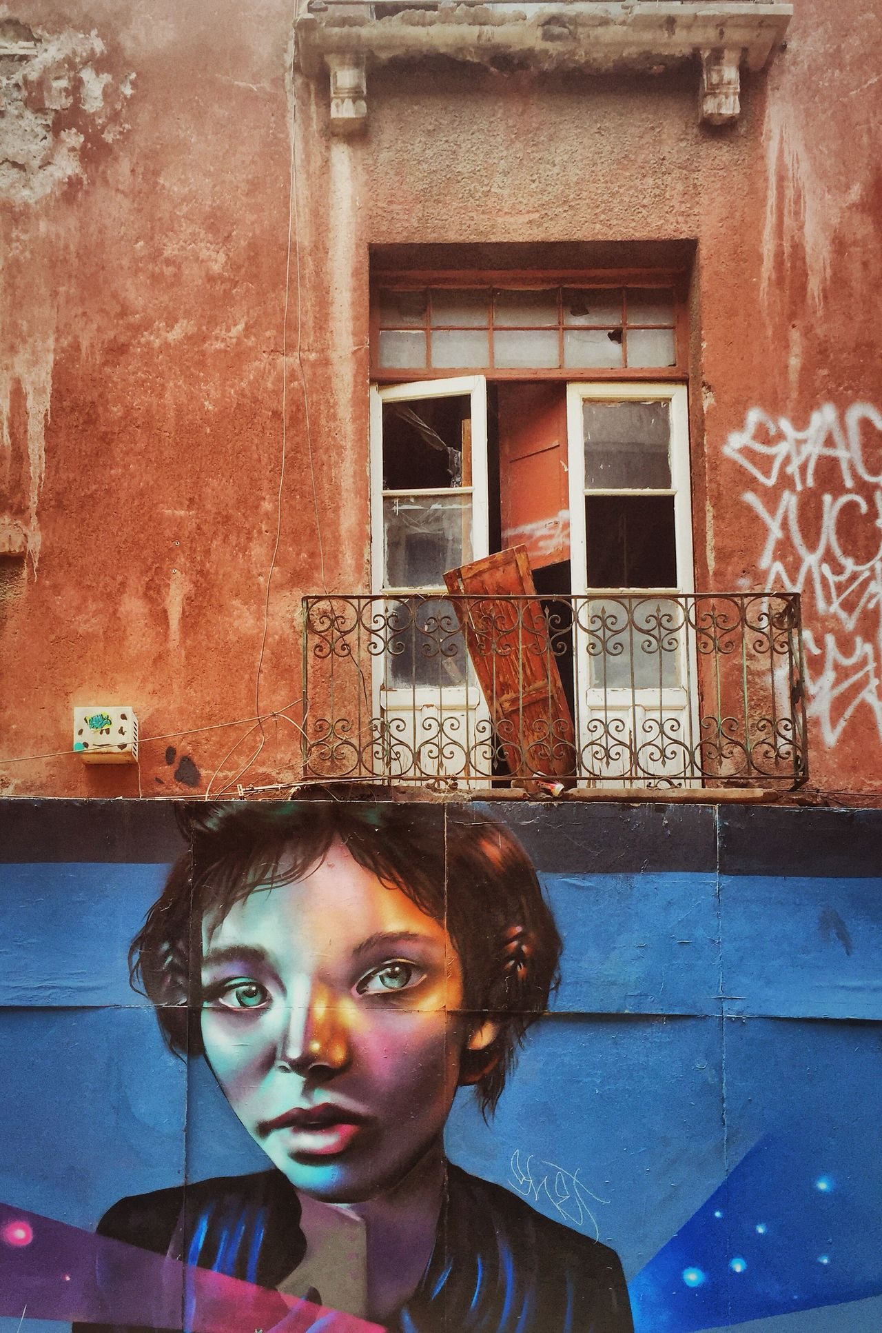Esos ojazos!!! Thateyes Streetphotography Streetart Graffiti Window Arteurbano Mexicocity  Corredor Regina Cdmx Ventana Mexico Building Exterior Mural Miradas Beautiful Woman Fotografía Urbana
