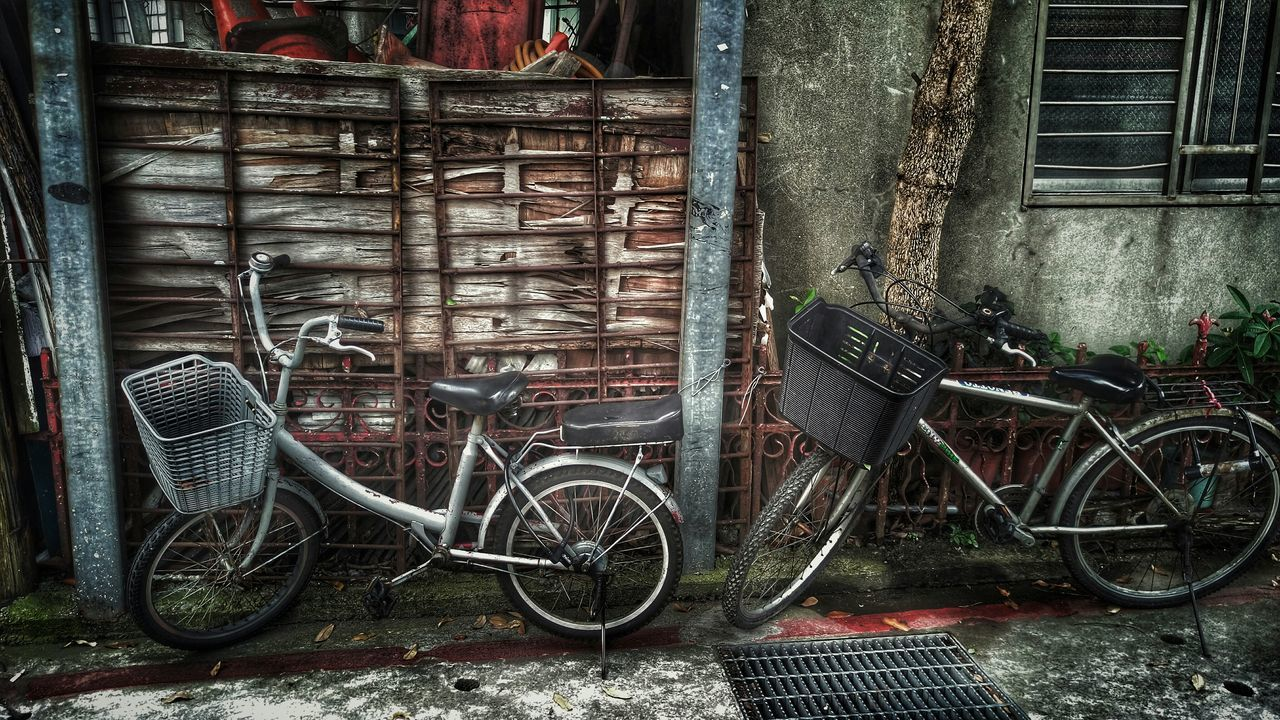 黑與白。Taking Photos Walking Around Streetphotography Streetphoto_bw Shabby Bicycles Black & White Two By Two