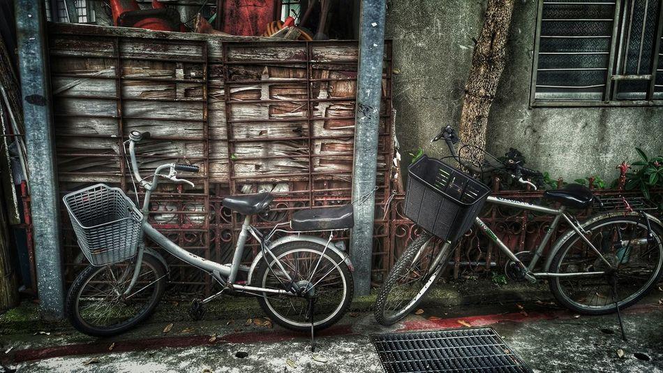黑與白。Taking Photos Walking Around Streetphotography Streetphoto_bw Shabby Bicycles Black & White Two By Two