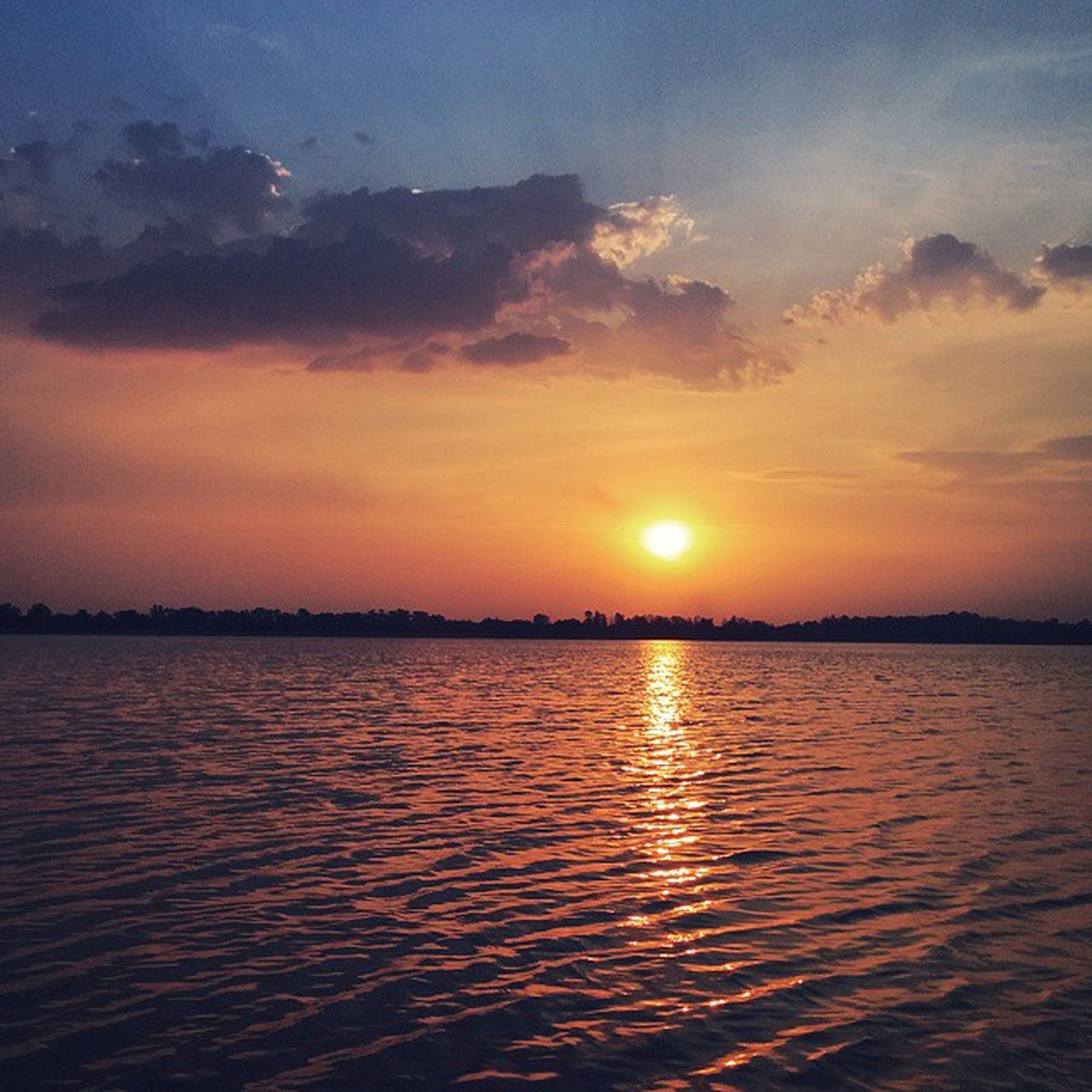 sunset, water, scenics, tranquil scene, sun, beauty in nature, tranquility, sky, orange color, reflection, waterfront, idyllic, nature, lake, cloud - sky, silhouette, rippled, sunlight, cloud, river