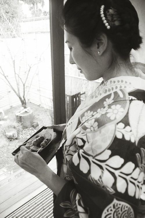 Japan Kimono Woman Girl Window View Dumpling  糰子 和服 羽織 清水坂