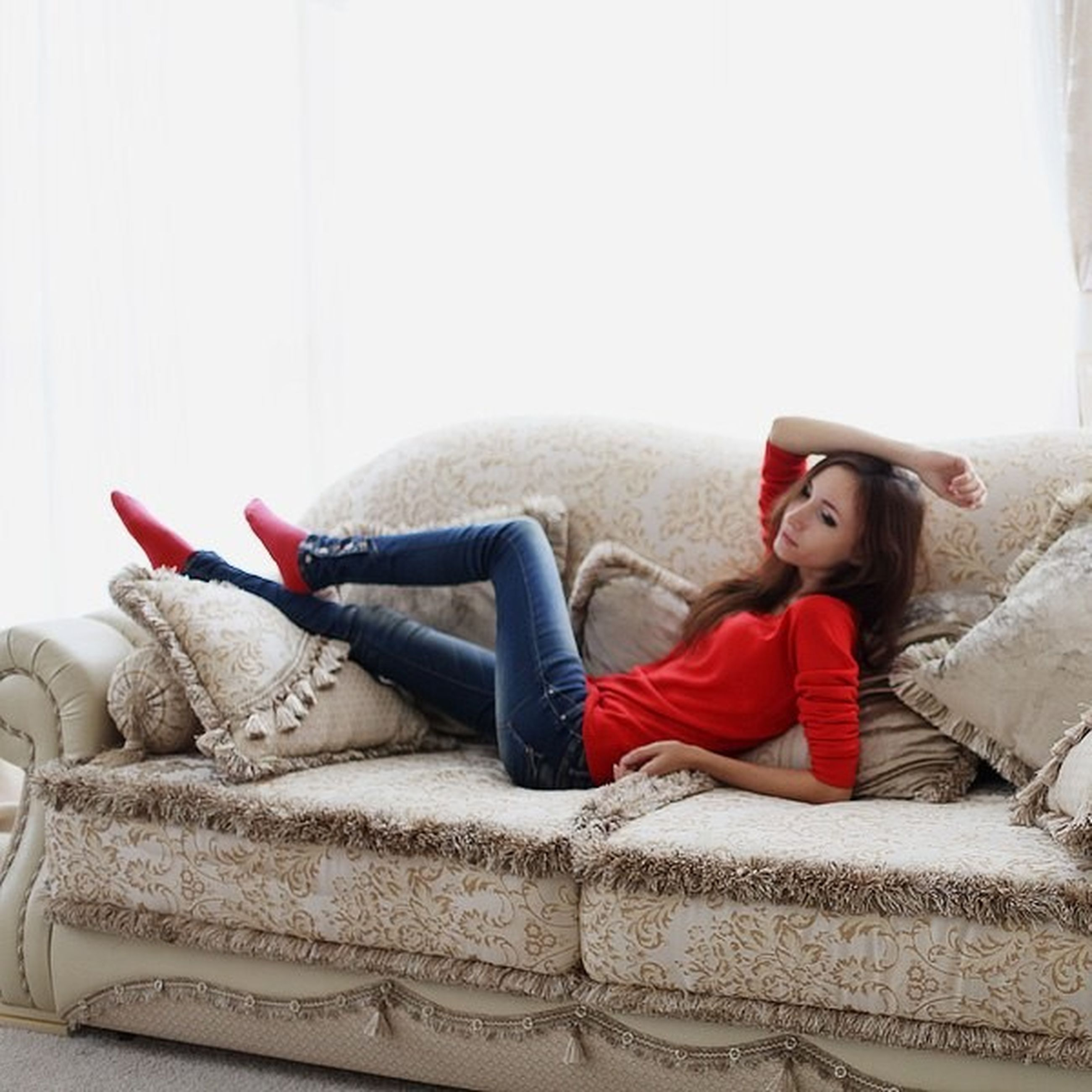 sitting, relaxation, person, casual clothing, indoors, young adult, full length, sofa, lifestyles, resting, lying down, leisure activity, bed, young men, home interior, three quarter length, comfortable, front view