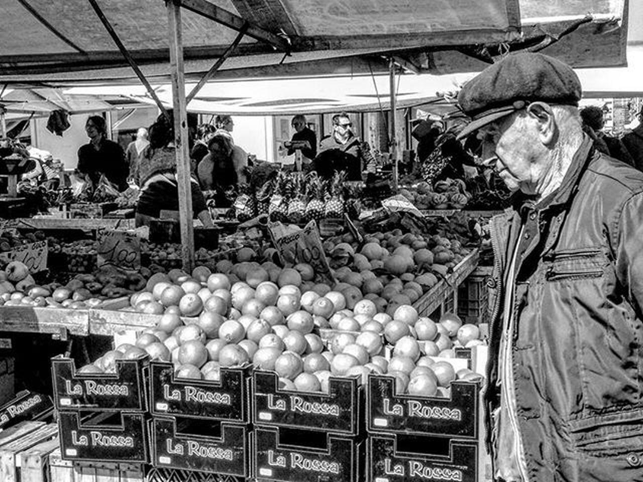 Quando si fotografano persone a colori, si fotografano i loro vestiti. Ma quando si fotografano persone in bianco e nero, si fotografano le loro anime! Ted Grant @VOLGOTOSCANA @IG_TOSCANA_ @IG_LIVORNO_ Street Art Streetphotography Streetart Biancoenero Blackandwhite Bw Bnw Picoftheday Igersitalia Instagood Photooftheday Livorno Igerslivorno Toscana Igerstoscana Pisa Igerspisa Firenze Igersfirenze Roma Igersroma Milano Igersmilano Torino igerstorino
