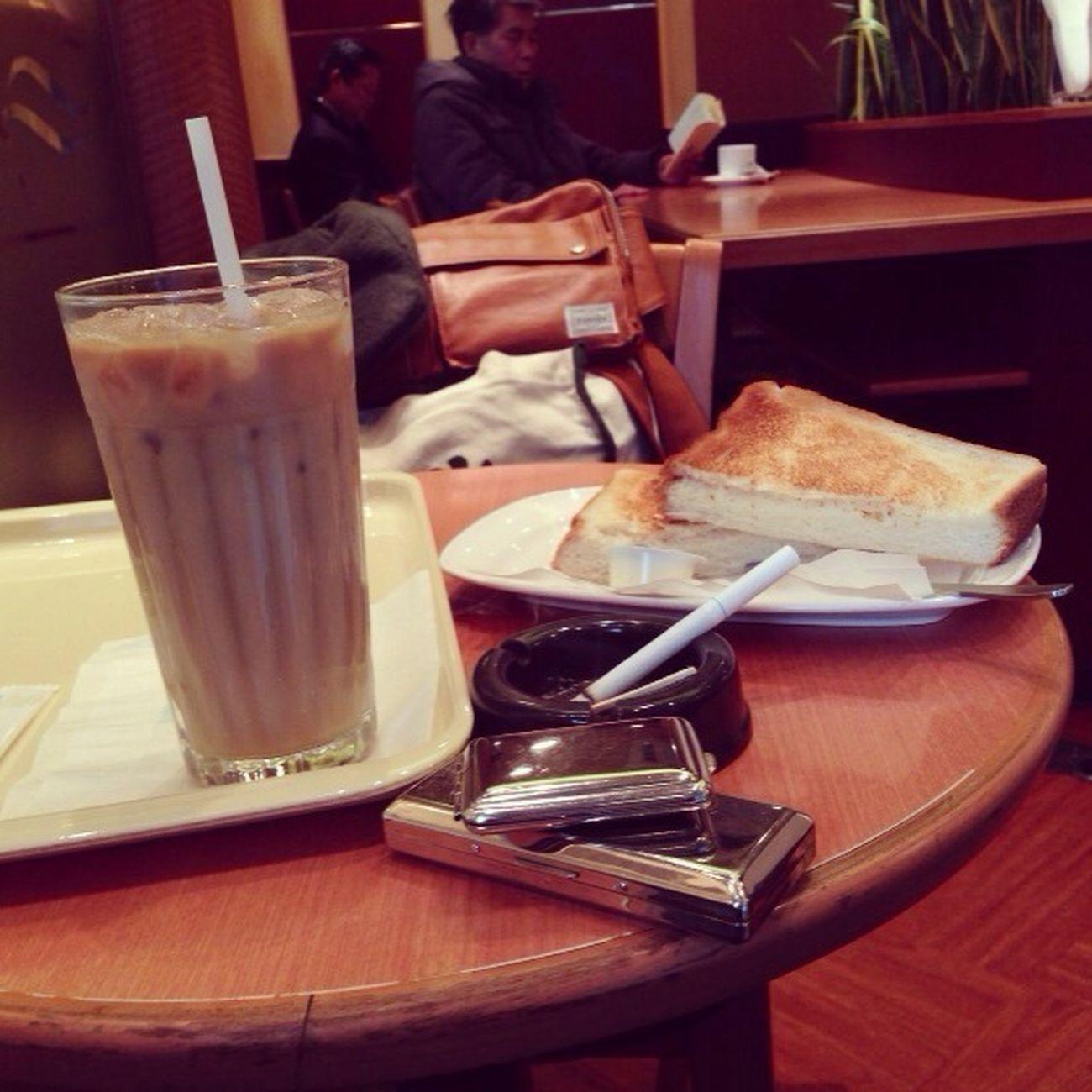 診療終わって帰り途でコーヒー一杯を。 看完腳,回家的路上喝杯珈琲。
