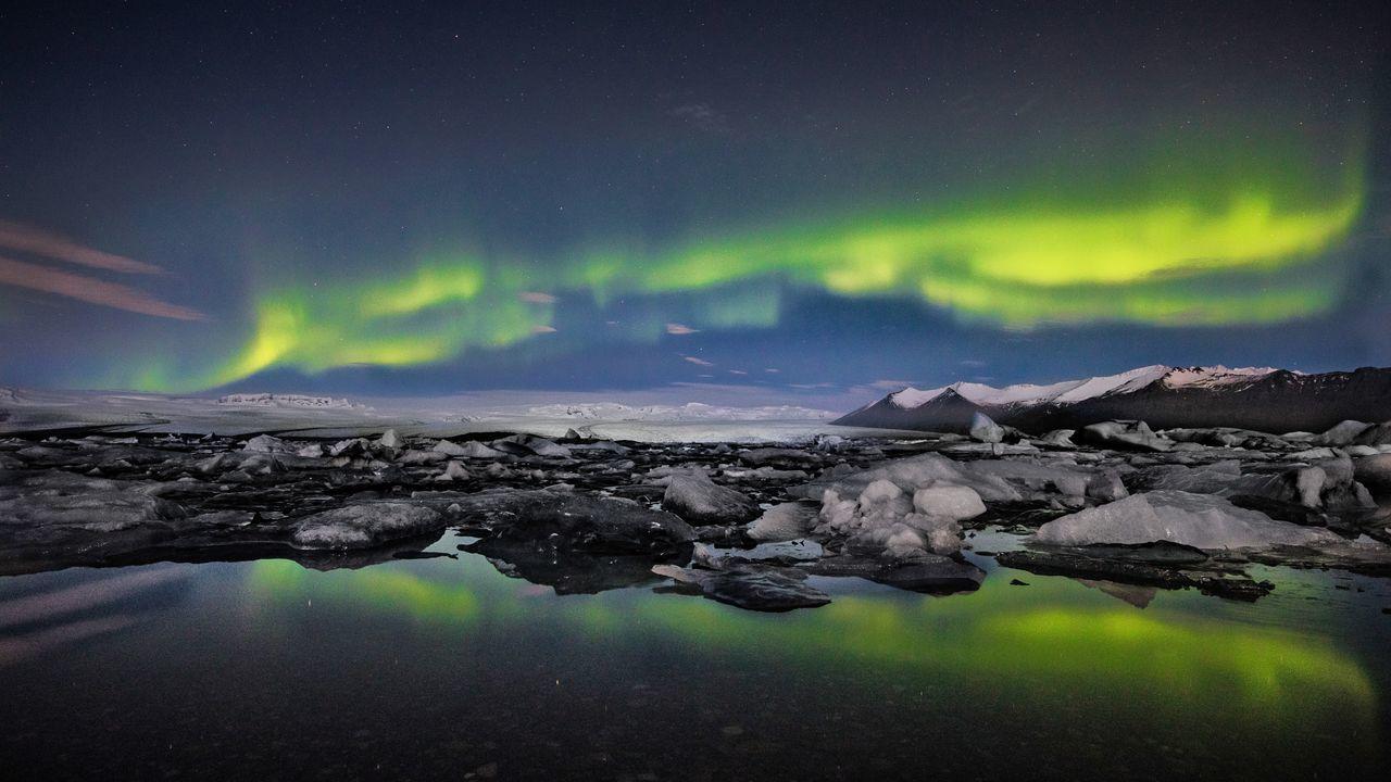 Icelandic glacier lagoon aurora