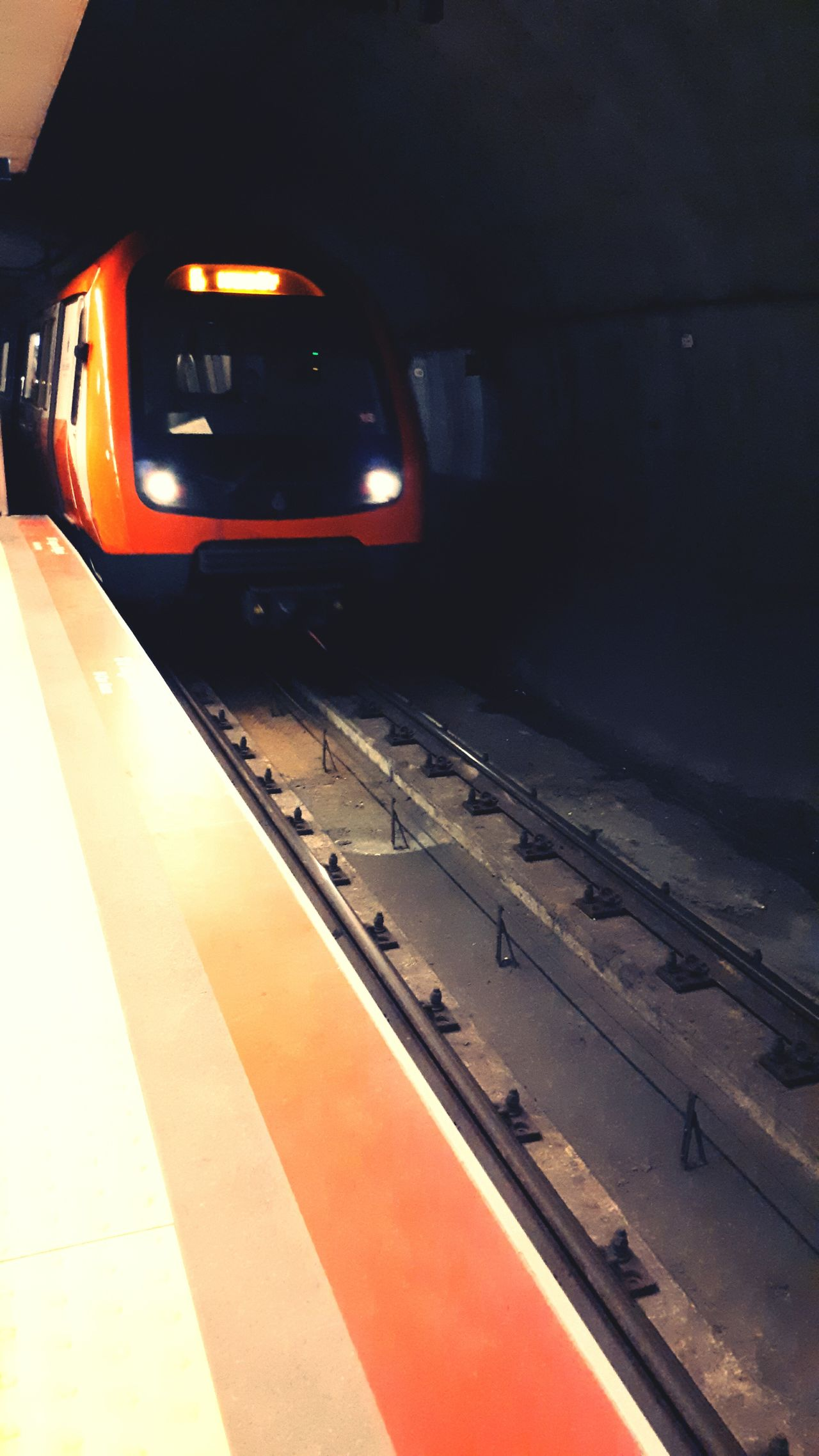 Orang t Train Station Waiting Metro Holiday Pepole e Enjoying Life EeYem Best Shots
